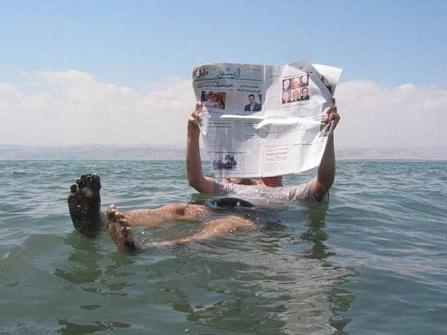La inusual concentración de sal en el Mar Muerto produce que las personas pueden flotar fácilmente en la superficie dada la mayor densidad del agua en relación con aquella que no tiene tanta sal.
