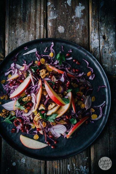 Dit is het recept voor een perfecte rode kool salade! Met appeltjes, balsamicoazijn en granaatappel. Een feestje op je bord! En klaar in een handomdraai!