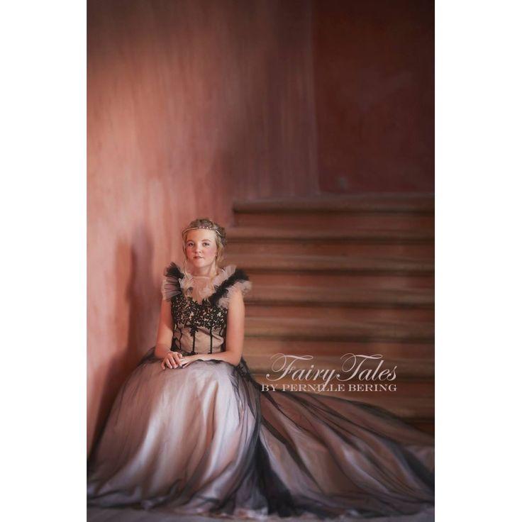 """""""Black swan"""" Smuk sort chiffonkjole med fersken farvet toner fra MargretheDesigns. Kjolen er skræddersyet og kan laves i et utal af farver. Leveringstid 1 md"""