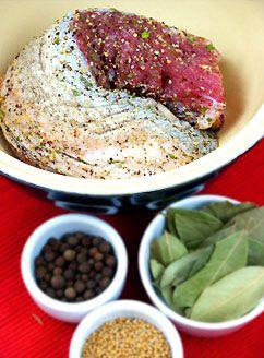 Peklowanie mięsa na sucho. Sposób na soczyste, aromatyczne mięso o ładnej barwie i miłej konsystencji.