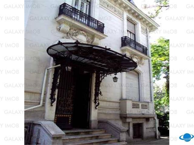 Vanzare Vila16 Camere Piata Romana, Lascar Catargiu: Imobilul este construit in prima jumatate a secolului XX, anul 1936, fiind o cladire deosebita cu arhitectura de exceptie, stilul neobaroc ( linii curbe, decoratie bogata, intensitate si mesaj direct ), cu o structura cu spatii interioare bine definite, generoase si bine proportionate, cu decoruri interioare deosebite: vitralii, picturi murale, usi cu cristale bizotate, arta in fier forjat, scara interioara din stejar etc.