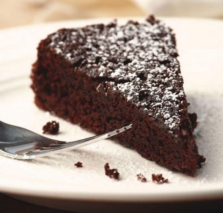 La Torta Caprese è un classico della pasticceria italiana con un impasto a basa di cioccolato e farina di mandorle.