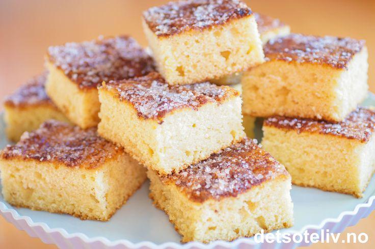 Her har du en kjempelettvint langpannekake som ikke inneholder egg! Kaken lages med kulturmelk, og deigen skal bare røres raskt sammen. Kaken strøs med sukker og kanel. Oppskriften passer til stor langpanne.
