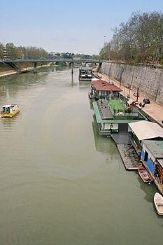 Case Galleggianti Sul Fiume. (via Dreamstime.com) - Tevere Fotografie Stock