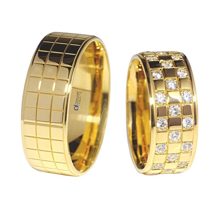 Perechea de verighetele ATCOM Lux ALICE din aur galben contine finisaje premium si are un design aparte, care se inspira din jocul de sah, prin crearea unor patrate pe banda de nunta. La verigheta de dama, modelul este infrumusetat prin adaugarea unor diamante / cristale, pentru un plus de stralucire si autenticitate.