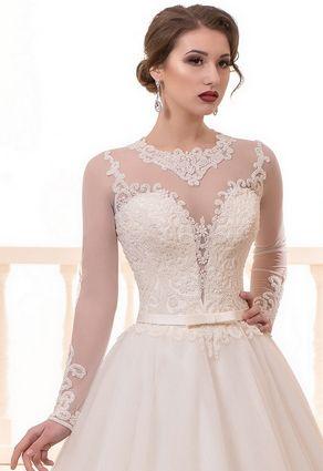 Krásne svadobné šaty s hlbokým výstrihom