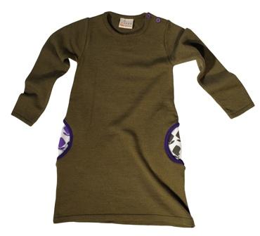 """Heerlijke zachte wollen jurk van het Zwitserse merk l'asticot. De gebruikte schapenwol komt van """"organic"""" boerderijen uit de omgeving. De steekzakken zijn gevoerd met de grafische bloemenprint, waardoor deze prachtige khaki jurk een speelse twist krijgt. Maat 4 jaar"""