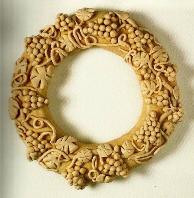 """Το Κουλούρι της νύφης από το βιβλίο της Δωρίτας Βοσκαρίδου """"Το Πλουμιστό Ψωμί της Κύπρου"""", εκδ Νόστος. Βρίσκονται στο Μουσείο Το Πλουμιστό Ψωμί στη Λεμεσό"""