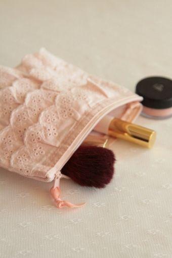 pochette maquillage/ make up clutch  http://atmospheremariages.fr/872-2998-thickbox/pochette-maquillage-dentelle.jpg