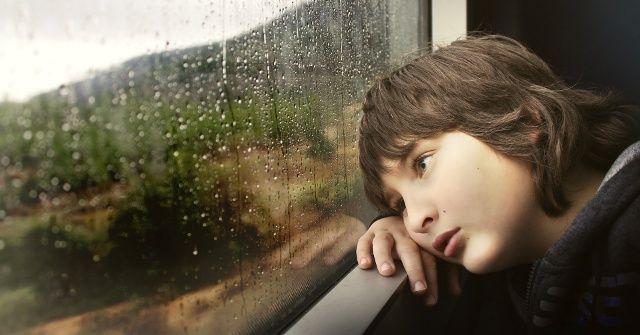 Wenn Kinder älter werden, werden die Anzeichen für Autismus vielfältiger. Die Symptome drehen sich typischerweise um soziale Kompetenzen, sprachliche Besonderheiten und Schwierigkeiten, Probleme in der nonverbalen Kommunikation und wenig Flexibilität im Verhalten.   Anzeichen und Symptome von Auti