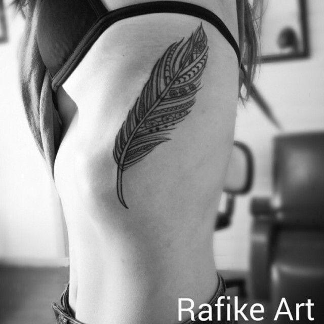 """Tatuagem feita por <a href=""""http://instagram.com/rafikeart"""">@rafikeart</a> de São Paulo    Uma das melhores coisas sobre a tatuagem de pena é que pode ser colocada numa variedade de diferentes lugares do seu corpo. A tatuagem de pena também vem numa variedade de diferentes tamanhos, modelos e cores. Os braços, as pernas, os lados, tornozelos, parte superior das costas, parte inferior das costas, ombros superiores, e atrás das orelhas, tudo é possível para locais de tatuagem de pena. Dá uma…"""