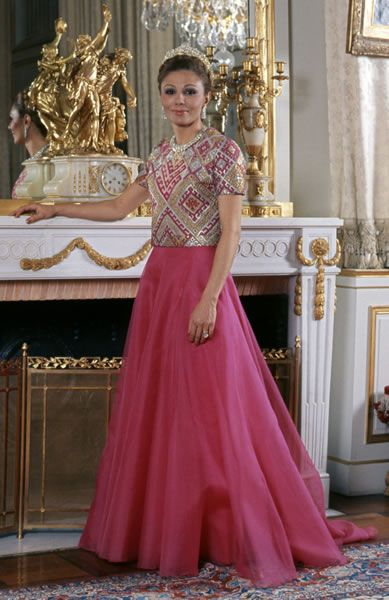 A partir de su coronación como emperatriz, Farah nombra modisto de cabecera a un joven iraní formado en el taller de Balmain: KEYVAN KHOSROVANI ( que utiliza en sus diseños tejidos y bordados iraníes)