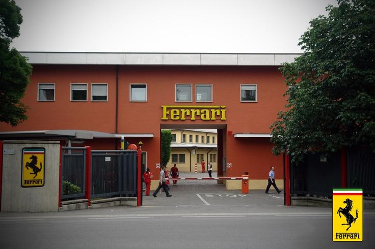 """3. 1946 yılında Enzo Ferrari Maranello'ya gelir ve sonunda düşlerini gerçekleştirebileceği yani hayalindeki, zihnindeki  koşuşan atları metallerle şekillendirebileceği otomobillerini üretebilecği fabrikayı, Ferrari'yi kurar. Yapılacak ve ön görülen tek bir hedef vardı, tüm Dünya'nın kendilerine """"Ferrari"""" adını verebileceği, saygı duyulacak bir at sürüsü yapıp yarışlara sokmaktı. Ve at çiftliğine artık sahipti."""