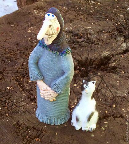Купить или заказать Баба Яга и котик колокольчики в интернет-магазине на Ярмарке Мастеров. Резерв для Натальи!!! Колокольчики Бабуленька Яга и ее кот по мотивам мультика 'Домовенок Кузя'. У этой красавицы длинный нос и жутковатое лицо, но на самом деле, она не злая. Черно-белый Кот у ей умный, немного ленивый и оочень спокойный. В мультике у нее серенькое платье и черный платок, моя же Бабуленька никак не желала быть в таких темных и скучненьких тонах и нашила на платье разными нитками…