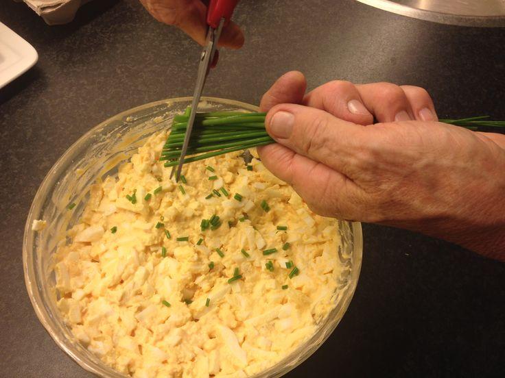 Eiersalade, bijna iedereen is er gek op! Heerlijk als lunch of als extraatje bij een goede maaltijd. Maar wist je dat het enorm makkelijk is om een lekkere eiersalade zelf te maken? Het is vaak gezonder en lekkerder dan de salades die je in de supermarkt koopt. Geen slechte smaak en kleurstoffen, gewoon een pure eiersalade, zoals het hoort! Check het heerlijke recept hieronder! Wat heb je hiervoor nodig? -4 hardgekookte eieren -1 gesnipperde ui -1 theelepel citroensap -Een snufje kerrie…