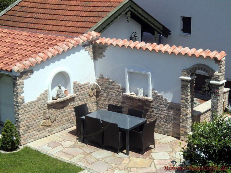 Gemütliche Sitzecke mit mediteranem Flair mit dunklen Gartenmöbeln aus der Vogelperspektive – Berni Bärchen