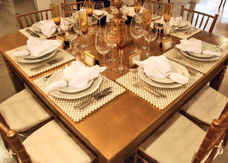 Veja como combina suberbem esse Jogo Americano Pérola – lançamento da Locare –, com a mesa dourada, cadeiras Madeira Tiffany Dourada, castiçal Dourado Antigo 7 Velas, pratos Lady, talheres Prata, taças Cristal e taça vidro Âmbar Tournét.