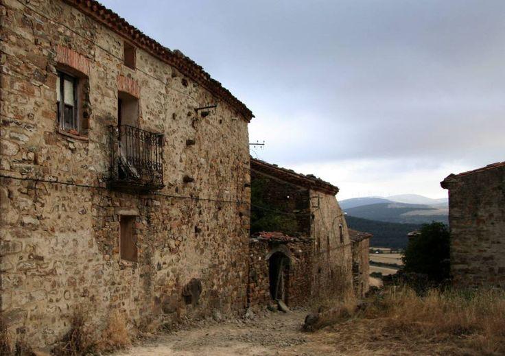 La España vacía  es un ensayo histórico y un relato de viajes en el que Sergio del Molino declara su amor a lo real de su vida