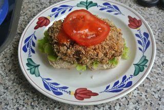 Recept van Annemiek.  Tip. Een linzen/groente #vegaburger zelf maken is niet moeilijk. Zes tegelijk en per stuk verpakt in de vriezer is een mooie voorraad. Op een vrije dag eventjes een hamburger maken met een vegaburger is gezond bezig zijn. Goed voor je portemonnee en er hoeft geen beestje voor te sterven....