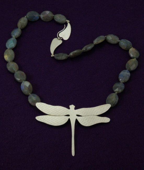 * necklaces | oogst-sieraden * Collier * Zilveren libelle en labradoriet *