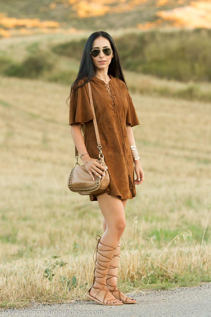 Look hippie estilo boho con vestido de ante marron bordado de Zara Studio y sandalias romanas gladiadoras