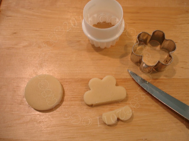 How to make paw print cookies with a flower cookie cutter.