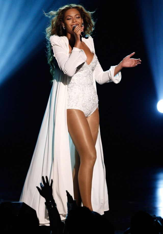 Slideshow of Beyonce Pictures from BET Music Awards and Essence Festival: Beyonce Performing in All White
