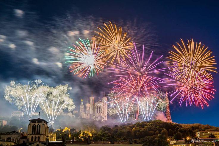 L'image contient peut-être: feux d'artifice, ciel, nuit, nuage et plein air