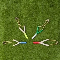 Des lance-pierres en bois fabriqués à la main à San Francisco pour un retour en enfance assuré. disponibles en quatre coloris: rouge, bleu, vert et jaune.