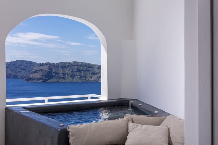 """Die 40 Quadratmeter große """"Mittelmeer Santorini Infinity Villa"""" aus Stein hat eine Veranda mit Sonnenliegen und einen kleinen Pool, der Momente der Privatsphäre garantiert. Abgerundet wird dies mit atemberaubenden Blick auf die Ägäis und den Vulkanen. Die Villa hat ein Queen Size Bett, Flat Screen TV, Klimaanlagen, eine voll ausgestattete Küche, freien W Lan Zugang und ein Badezimmer mit Dusche. Sie bietet Platz für 2 Personen. #Ferien #Sommer #Villa #Urlaub #Reisen #Santorini"""