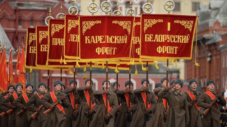 ICYMI: Reconstrucción histórica: un monumental desfile militar marcha por la Plaza Roja (EN VIVO)