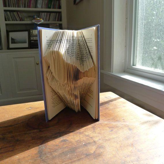 Deze unieke gevouwen papier vogel is zorgvuldig gemaakt van een gerecycled boek. Ziet er mooi rustend op een boekenkast, dressoir of mantel. Dit prachtige geschenk geven aan een speciaal iemand, of trakteer uzelf! * Let op, dit boek zal worden aangepaste gemaakt voor elke bestelling. Deze fotos zijn representatief voor het boek dat u ontvangt. Als u een specifieke kleur voor je boekomslag laat het me weten wilt, heb ik meestal veel verschillende kleuren om uit te kiezen... Boek sculptuur…