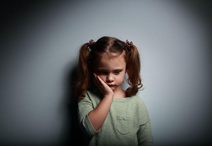 Autyzm, czyli całościowe zaburzenie rozwoju, może mieć różny przebieg i rokowania, ale wczesne objawy autyzmu są podobne w większości przypadków.