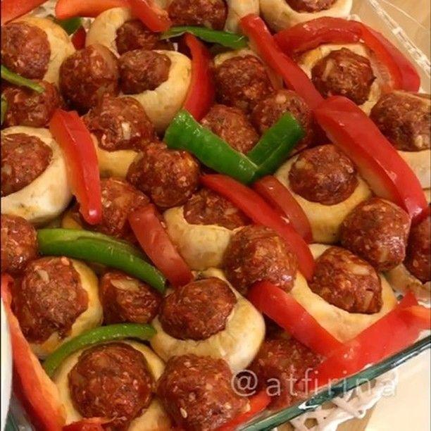 Mantarda Köfte Tarifi için Malzemeler 1 kilo kültür mantarı 3-4 tane kırmızı biber 2 adet domates 2 adet sivri biber Köfte için; 400 gram köftelik kıyma 2 adet kur