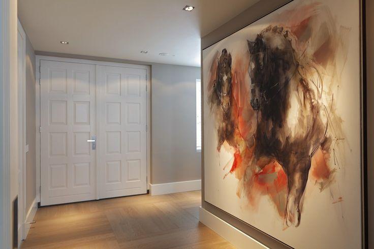 Luxe hal met groot kunstwerk