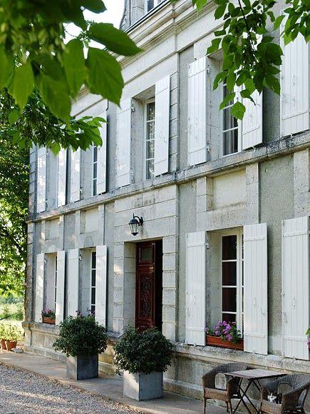 Le Guinot omgeving Bordeaux. 5 luxe-gîtes, chambre d'hôtes, een charmant dorpshuis, 2 perigourdinehuizen en een gerenoveerde grote kasteelhoeve uit 1781. Volledig gericht op gezinnen met jonge kinderen, inclusief beveiligd en verwarmd zwembad, zeer veel speeltoestellen en dieren.