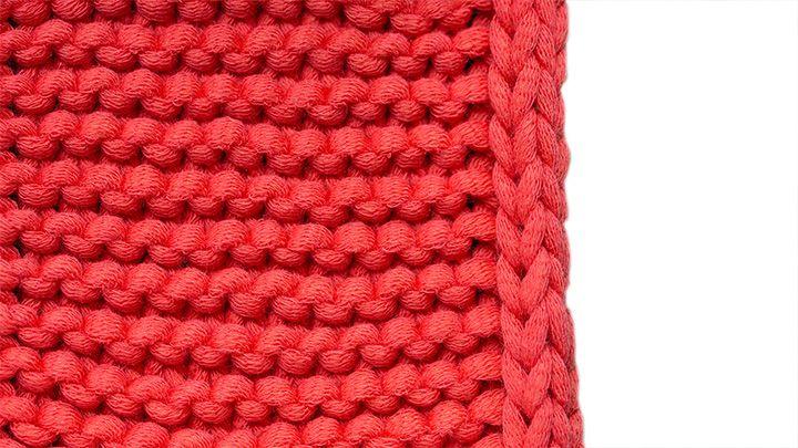 Strickkordel-Randmaschen  Diese dekorative Variante, auch aIs I-Cord-Rand bekannt, bildet eine Kordel entlang der Kante – super für Schals und Tücher, aber auch für andere Kanten, die offen bleiben, etwa Jackenblenden. Dafür in Hinreihen die ersten 3 Maschen mit vorne liegendem Faden links abheben, im Muster stricken. In Rückreihen die ersten 3 Maschen mit vorne liegendem Faden links abheben, die letzten 3 Maschen rechts stricken.