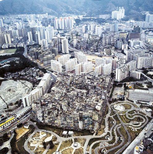 Aussi connue sous le nom de Citadelle de Kowloon, Kowloon Walled City était située à Hong-Kong et était le quartier le plus densément peuplé du monde avec plus de 50 000 habitants sur 0.026km², soit 1 923 076 habitants au km².