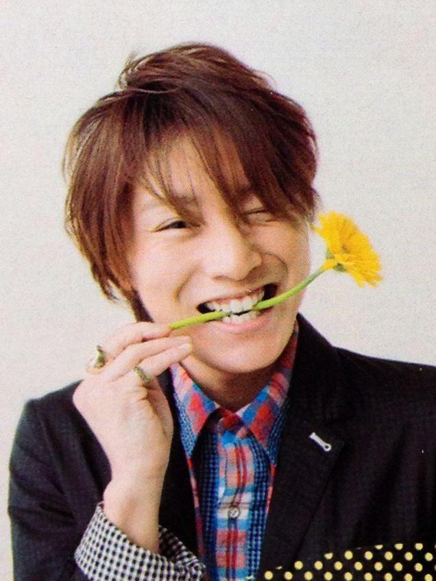 花をくわえる安田章大
