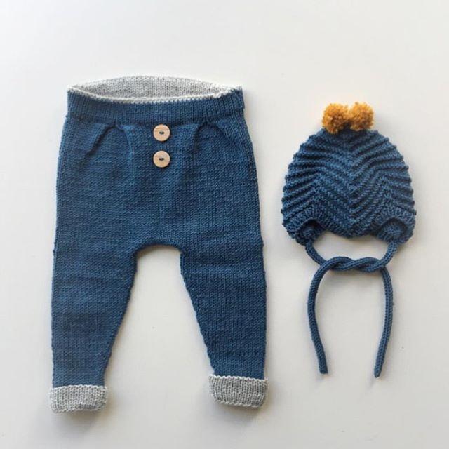 Reader's Ministrikk. || Lite er mer motiverende enn å strikke Baggybukser som går unna i en fei i størrelse baby. Mamma Malin @guttestrikk tryller frem fra restegarnskurven til den kommende lillebroren. #vielskerguttestrikk Baggy Trousers: Ministrikk.no