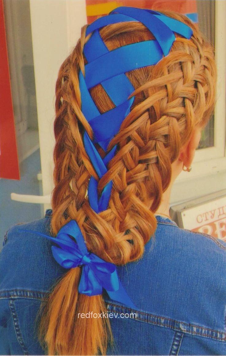 Синяя лента гармонична в пшеничных волосах