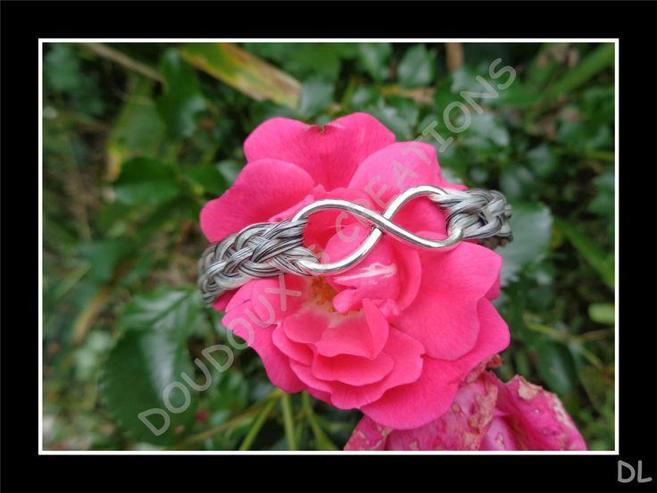 """Bracelet en véritables crins de cheval blancs et noirs, tressé à plat 5 brins, connecteur """"infini"""" : Bracelet par doudoux-crins"""