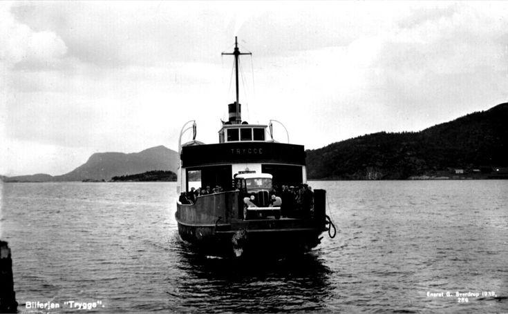 """Møre og Romsdal fylke Kristiansund kommune B/F Trygge Utg Georg Sverdrup 1939. Kristiansund- B/F """"Trygge"""" ble bygd ved Storvik Mek. Verksted i Kristiansund og levert i 1938. Den var bygd for ruta Kristiansund-Kvernes-Gjemnes-Torvikbukt"""