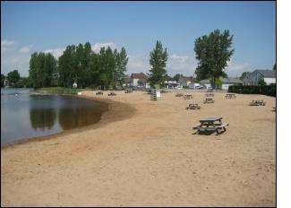 Un terrain de volley-ball règlementaire est mis gratuitement à la disposition de la clientèle de même que des jouets de plage, des vestes de flottaison individuelles et des nouilles pour l'eau. En guise de divertissement supplémentaire, la location de pédalos à deux places (deux places avec pédales), de pédalos à quatre places (quatre places avec pédales) et de kayaks est offerte et un tremplin surveillé est ouvert à tous. Sur le site, les nombreuses tables à pique-nique