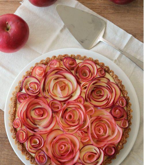 source image la tarte aux pommes du dimanche, pâte aux noix et crème vanille.