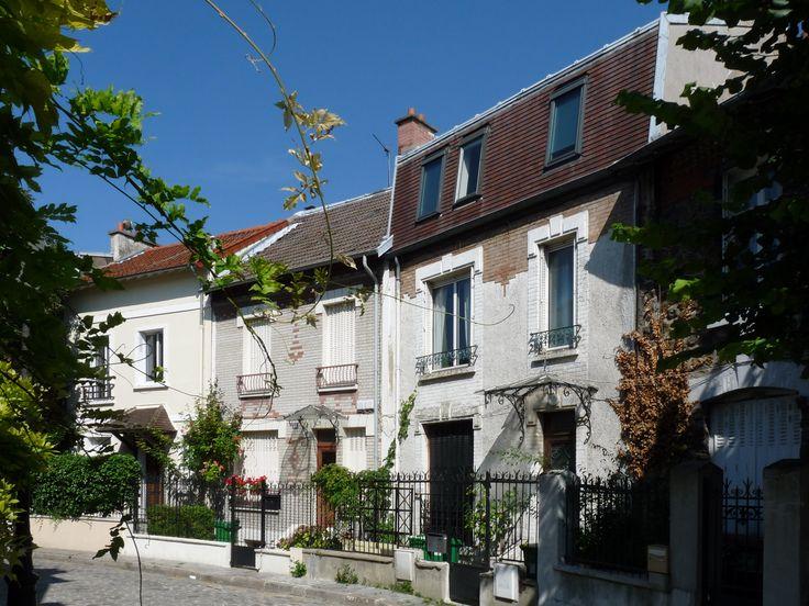 Le charme d'une bourgade en plein Paris. Son clocher, ses pavés et ses maisons basses. Accordez-vous une pause bucolique dans l'ancien village de Charonne (20e).