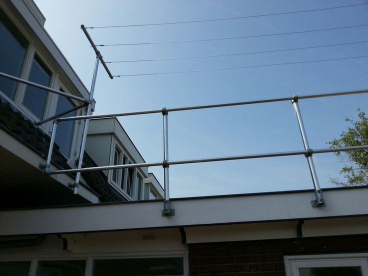 Balustrade voor balkon of dakterras. Waarvoor zou u steigerbuizen en buiskoppelingen gebruiken?