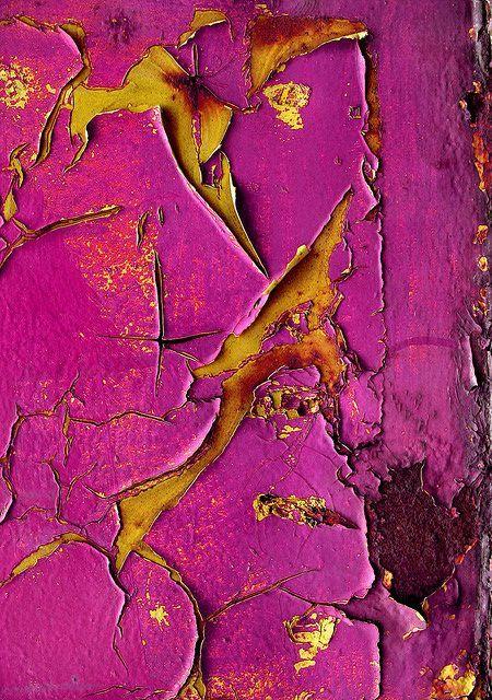 Me encanta el Contraste de colores, dorado y púrpura y la textura craqueada.