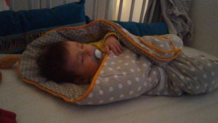 """""""Après 5 mois de recherches, d'essais et de rechutes pour aider efficacement Iris à s'endormir, et alors que je croyais l'emmaillotage terminé pour elle, j'ai ressorti la petite couverture : enroulée dedans comme un nem, je la berce à peine 5 minutes avant de la voir sombrer dans le sommeil, pour les siestes aussi bien que pour la nuit."""