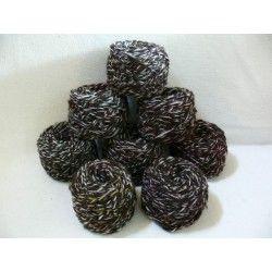 Handgesponnen wol. De kleuren van de gekleurde draad zijn voor het spinnen gemengd. Samen met de robuuste bruine natuurkleur wol geeft het een sprankelend effect. In deze kleur voorradig volgens het aantal in stock van dit produkt. 50 gram per bol.